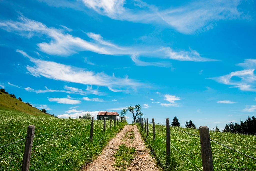 Bossico Italy hiking trail